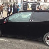 HAUTE COUTURE: Ultima modă de tuning din Bănie. VW Golf R îmbrăcat în catifea neagră şi eşarfă roşie!