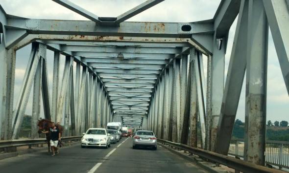 Blocaj pe podul de intrare in Slatina