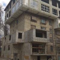 """ARCA LUI NOE: Clădire sovietică tip """"hruşciovka"""" peste care se construieşte tot ce-i trece moldovanului prin cap!"""