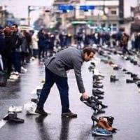 MACEDONIA, SCOPJE: În fața Primăriei oamenii aduc pantofii membrilor de familie care au părăsit țara în căutarea unei vieți mai bune